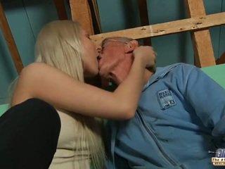 خجول قديم guy seduced بواسطة شقراء في سن المراهقة