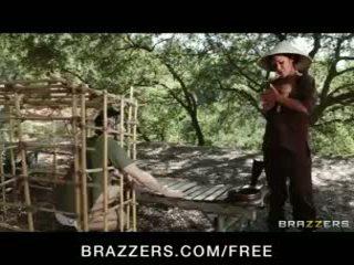 Kaakit-akit asyano buhok na kulay kape london keyes teases kanya prisoner