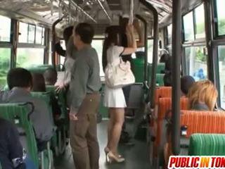 Yuu asakura bokong adalah rubbed dengan sebuah kontol di itu bis