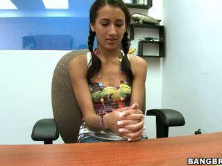 Pigtailed tonårs opens henne mun och fittor bred till passa detta stor kuk video-