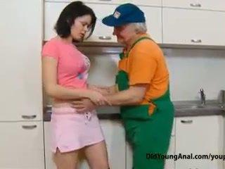 いたずらな ティーン 女の子 pays an 古い repairman のために 仕事 とともに 彼女の 若い タイト ろくでなし
