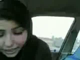 Arab дівчина swallows сперма в the машина відео