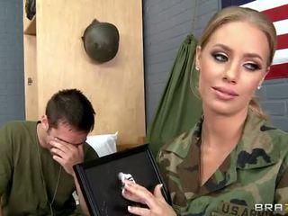 軍隊 孩兒 nicole aniston 性交 在 camp 視頻