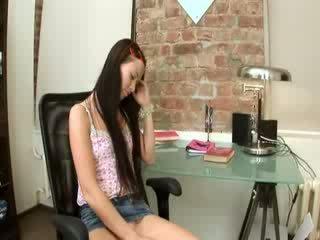 Evelina ผู้หญิงสวย ออฟฟิศ ความสุข บน a เก้าอี้