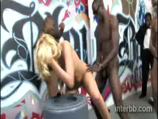Extremely vacker fågelunge blond prostituerad katie summers gets gangbanged