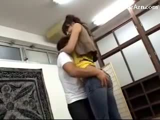 Skratka guy poljubljanje s visoke punca licking pazduha rubbing ji rit v the middle od the soba