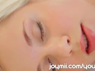 Dido eņģelis luxuriously lounges un masturbates aizkustinošas viņai jauns vāvere