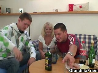 Two partying guys schroef dronken oma
