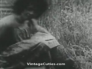 נערה עם גדול ציצים ו - שיערי כוס מזוין ב שדה