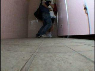 หนุ่ม วัยรุ่น molested บน schooltoilet