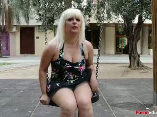 Susana se masturba ένα escondidas en un parque público