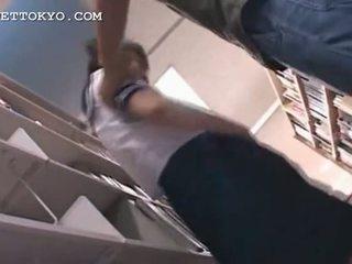 Asiatiskapojke skol fittor teased i den bibliotek på