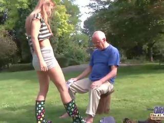 年輕 老 色情 美麗 青少年 giving 口交 和 性交 由 爺爺 外