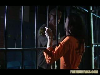 Stuck aiz bars uz a cietums par paklīdusi sieviete taylor lietus ir piespiedu līdz skaties