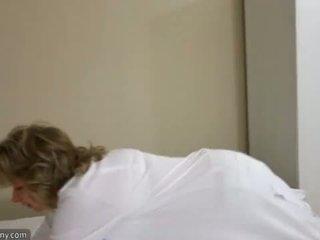 Oldnanny seksuālā māte ar ten masturbate par gulta