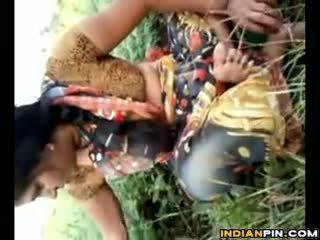 ইন্ডিয়ান shows বন্ধ তার privates outdoors
