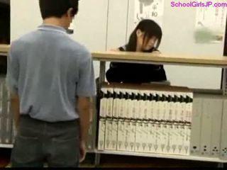 女子生徒 getting 彼女の プッシー rubbed アット ザ· 図書館