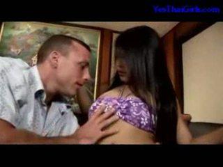 Тайська дівчина смокче пеніс getting її манда трахкав на the ліжко