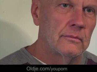 Молодий краля flirting і трахання two старий guys на the кухня стіл відео