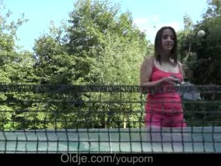 Cutie grande tetas adolescente polla garganta profunda drilling y confuso facial al aire libre vídeo