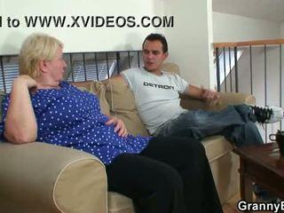 老 奶奶 pleases an 年輕 guy