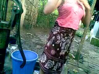 Bangladeshi - deshi ragazza farsi il bagno all'aperto e recording