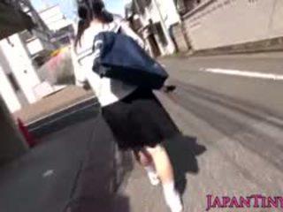 Μικροσκοπικός ιαπωνικό κορίτσι του σχολείου felledup