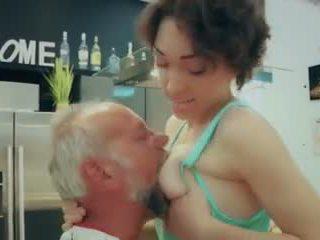Cutie escuela chica primero tiempo follando viejo hombre closeup corrida tragada vídeo