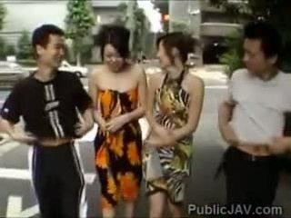 Kuliste pervs swap her diğerleri girlfriends içinde sarılı