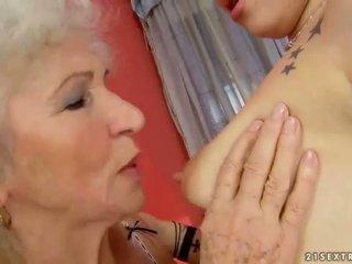 Perempuan tua dan remaja penyusunan cinta