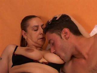 Senelė gives a seksas lesson į jos jaunas lover: nemokamai porno 66