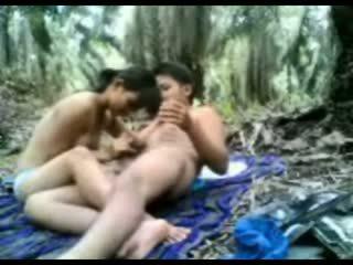 אינדונאזי נוער מזוין ב the ג'ונגל