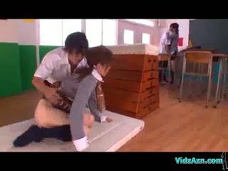 Skolniece licked un fingered cits meitene nepieredzējošas dzimumloceklis uz the klasesistaba