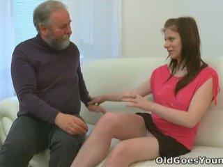 Maria lets an vieux guy baise son et puis gets son boyfriend à joindre en avec la action