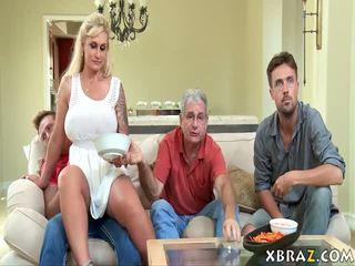 Madrasta milf seduces dela stepson com sua pai direito há