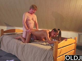 Tua dan muda porno remaja kacau oleh tua orang di alat kemaluan wanita dan