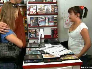 Sexy bruneta fucks în public nudity inauntru mic magazin