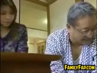 アジアの ステップ 娘 とともに ザ· 古い 男
