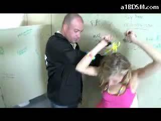 Umazano blondinke punca getting v lisicah muca rubbed s baton giving fafanje za the varnost guard v the javno toilette