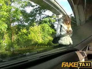 Faketaxi anjo é pounded por meu grande caralho em meu taxi, quem é ela?