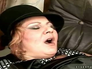 סבתא gets מזוין ב the ספה