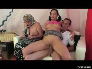 סבתא שתי נשים וגבר שלישיה