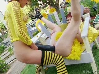 Slutty bee gets pounded mukaan suuri musta dildos ja cocks
