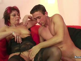 Mère en lingerie baise hardcore jeune garçon après école