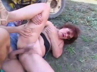 Granny takes noor munn õues