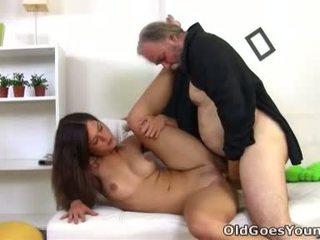 Alyona er en sexy unge kvinne og hun er sitting på den lap av henne eldre sexy mann