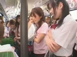 เด็กนักเรียนหญิง รถบัส fuckfest เซ็นเซอร์