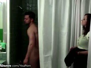 Madrastra waits para hijo en la ducha