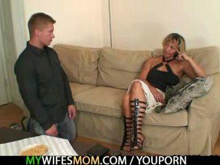 Hot mor i lov agrees til suge hans kåt kuk