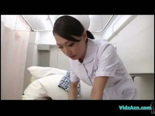 Enfermeira giving broche para paciente em o hospitals cama
